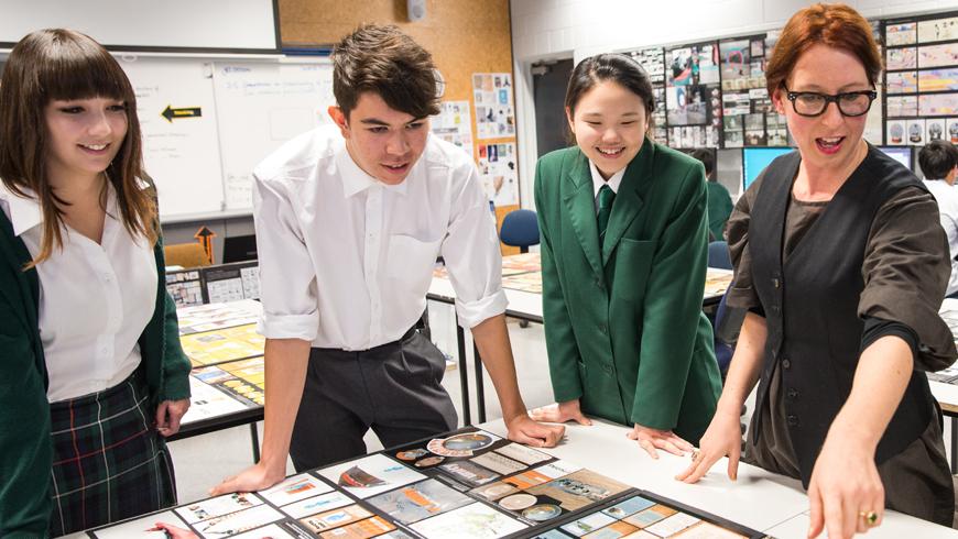 Mức lương trung bình của sinh viên tốt nghiệp ngành giáo dục là 60.485 NZD một năm, tương tự tại Australia và một số quốc gia phát triển khác.